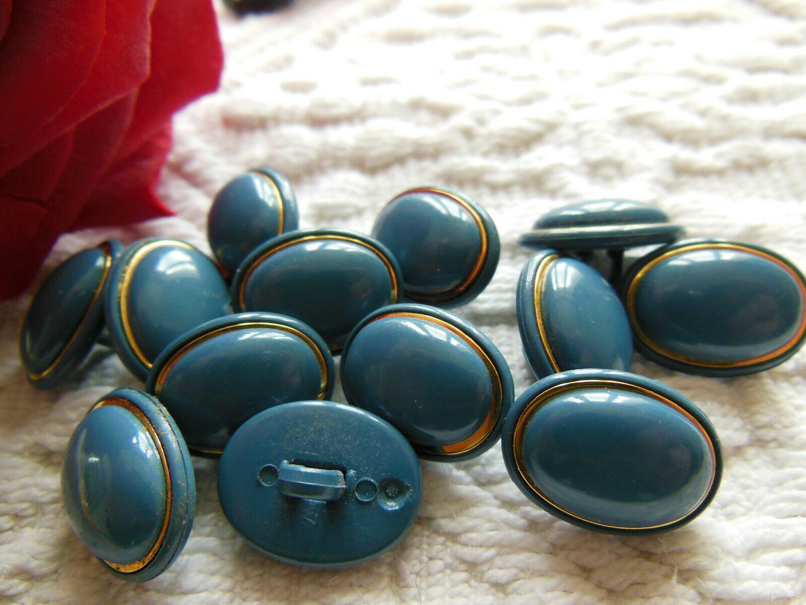 lot 12 boutons vintage  bleu doré ovale à pied   1,2 sur 1,5 cm ref 2554